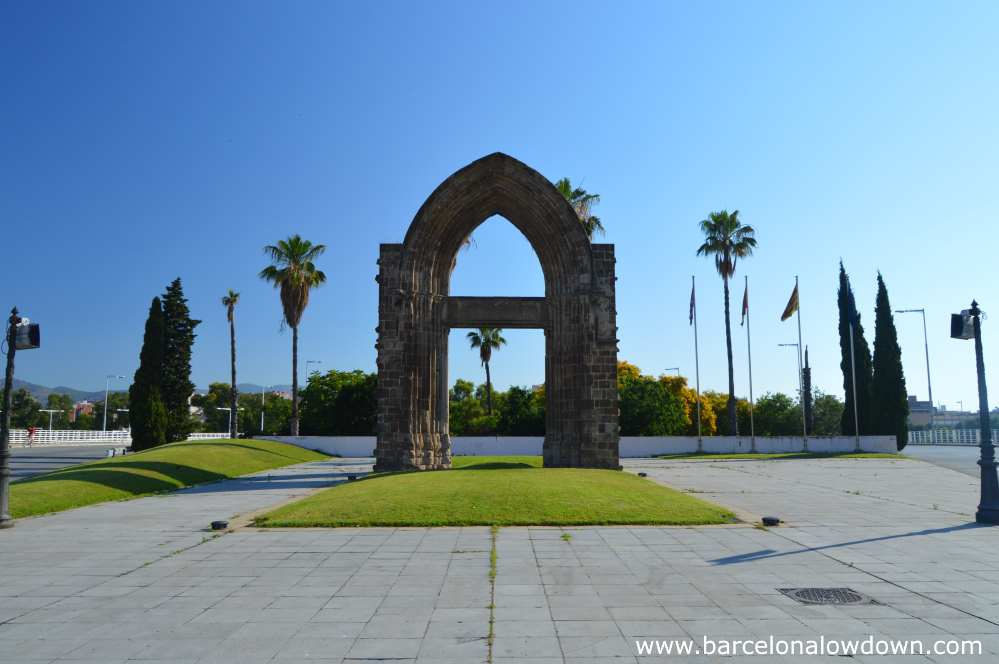 The Gothic arch is located in a small park next to the Ronda Litoral